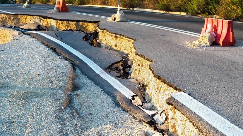 Grietas en carretera por terremoto