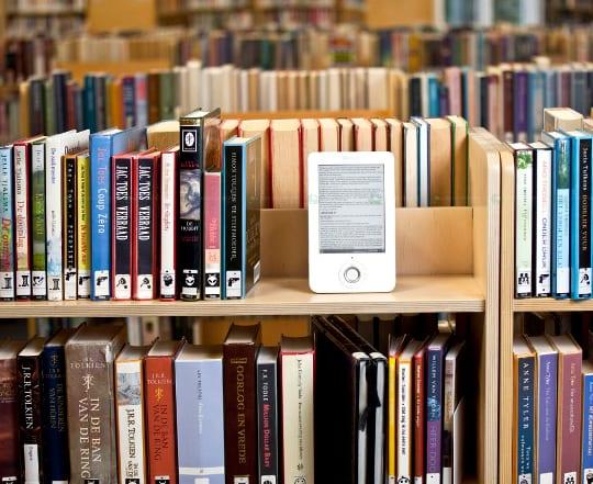 Libros en la biblioteca, uso del e-book
