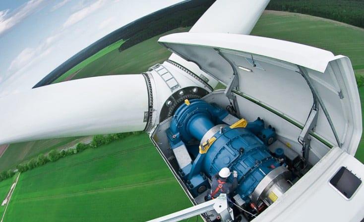 Hélice de molino de viento en detalle generando energía eólica