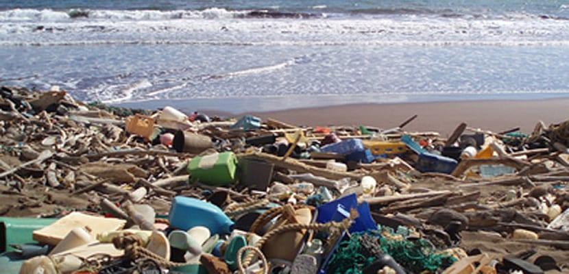 Residuos que se acumulan en varias playas