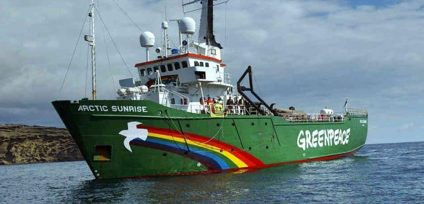 artantic sunrise, el barco de greenpeace navengando por el mediterraneo