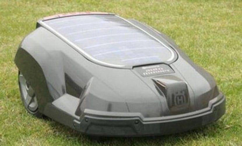 Cortar el césped con energía solar