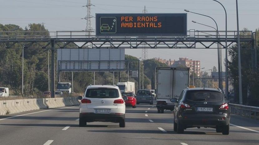 los vehículos emiten gases contaminantes a la atmósfera