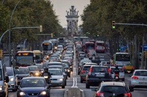 la calidad del aire en barcelona disminuye por la contaminación de los vehículos