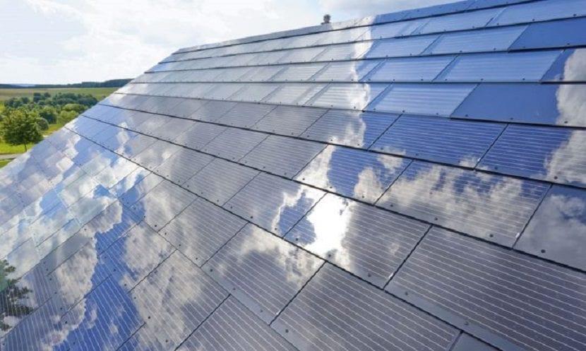 As son las tejas solares que cubrir n las casas en un for Montar placas solares en casa