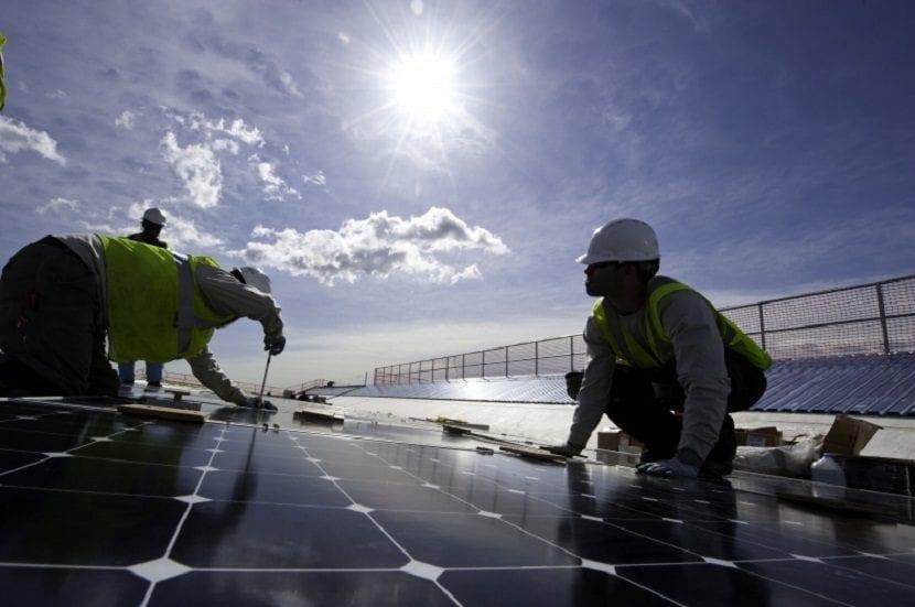 Trabajadores en placas solares