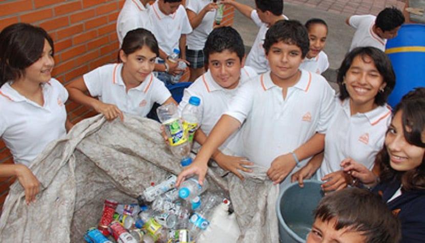 niños reciclando, la prevención es lo mejor contra la contaminación en el suelo