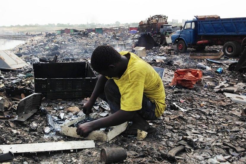 africanos trabajando con basura tecnologica