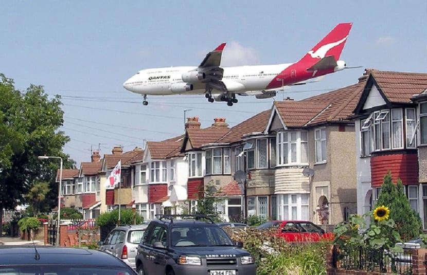 Avión sobrevolando una ciudad