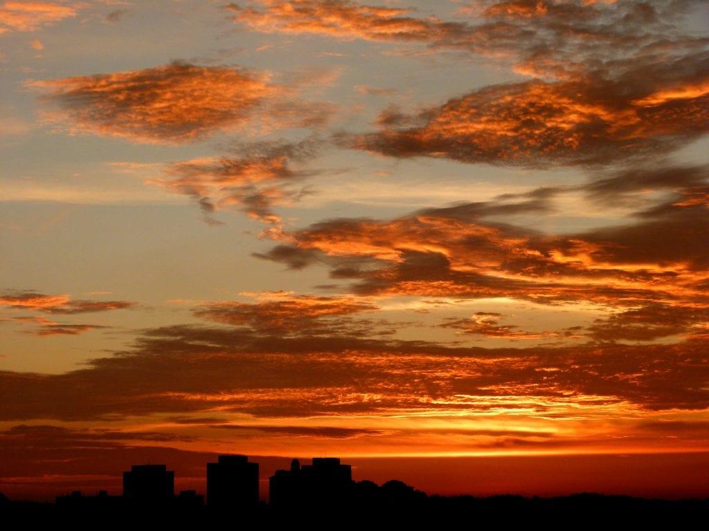 Cielo naranja por NOx en Japón