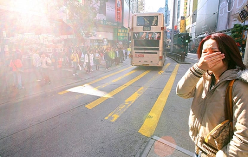 Mujer irritada a causa del smog
