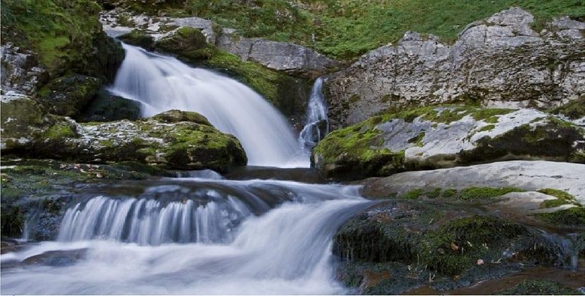 el agua del deshielo y la lluvia crean la escorrentia superficial