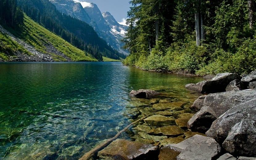 el agua sigue su curso en los ríos
