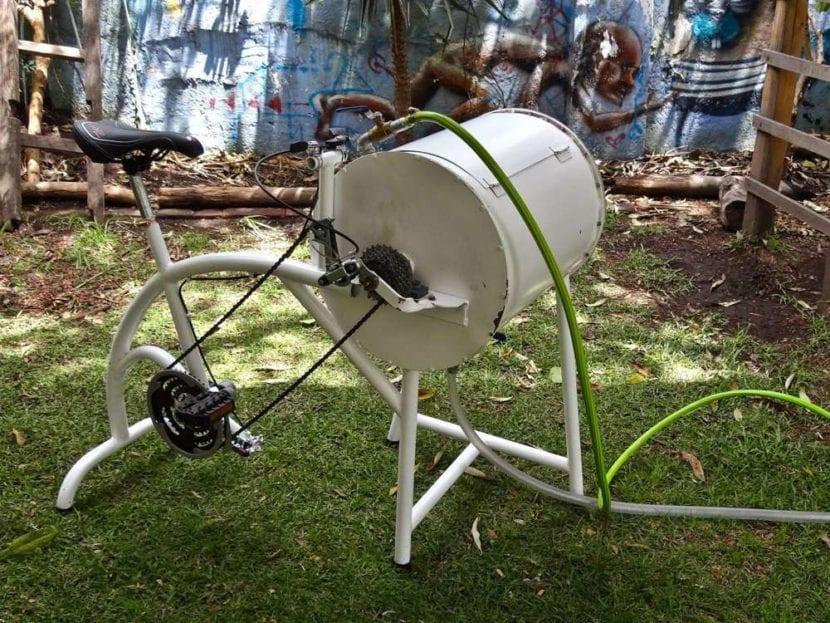Lavar la ropa en bicicleta casera