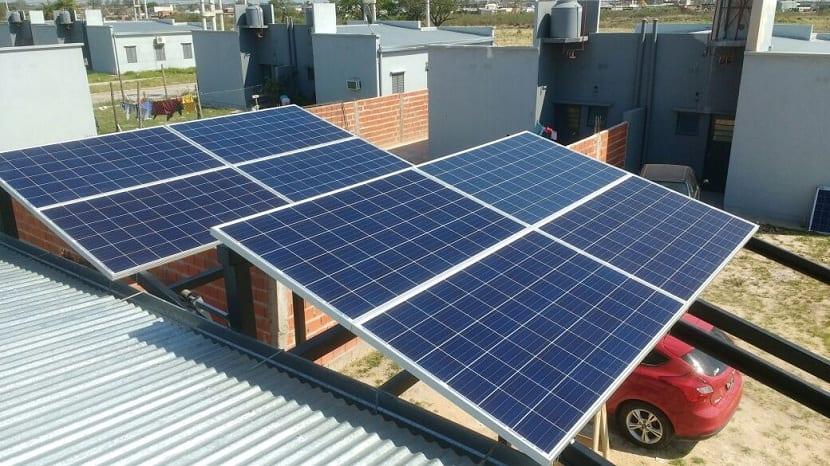 Paneles solares en un tejado de una casa