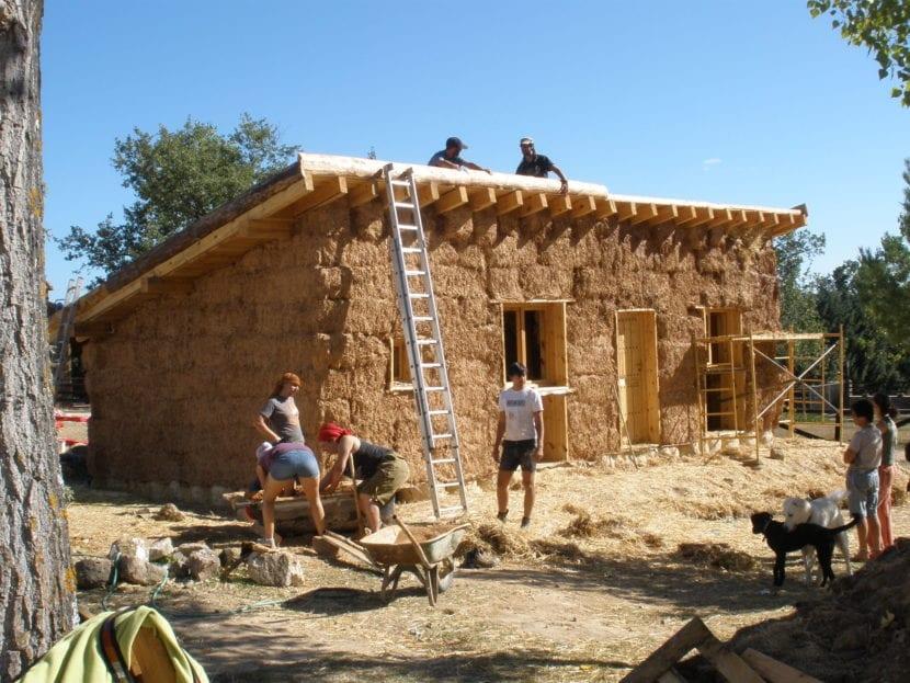fachada de una casa con materiales naturales