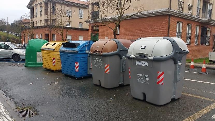 Contenedor gris de basura