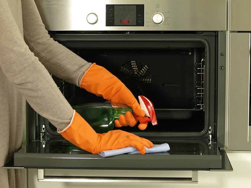 Muchas veces tenemos que hacer limpieza en la cocina y siempre tememos empezar por una cosa: limpiar el horno. Normalmente, hay que empelar productos de limpieza de una forma estratégica para que no se dañe ni nos ahoguemos con los vapores tóxicos mientras lo lavamos. Por ello, hay que saber qué productos debemos elegir entre los millones que hay en el mercado.  En este post, vamos a explicarte cómo limpiar el horno de una forma eficiente y para no dañar el medioambiente ni la estructura del electrodoméstico. Productos de limpieza adecuados Para limpiar el horno hay que saber elegir entre los miles de productos que hay en el mercado para ello. Hay alternativas naturales que son igual de eficaces que los productos químicos y con muy buenos resultados. El problema principal que surge con los productos químicos es que suelen irritar los ojos, la mucosa y dejan olor desagradable no sólo por la cocina, sino por toda la casa. De toda la vida se han empleado productos naturales en el hogar para hacer la limpieza y hoy, vamos  a tirar de estos productos para limpiar el horno. Normalmente, cuando hablamos de productos naturales parece algo engorroso y que no va a dar resultados. Ocurre lo mismo con las enfermedades. Siempre se prefiere una medicina elaborada con productos químicos que utilizar remedios naturales que no tienen eficacia comprobada. Sin embargo, en este caso, sí que está comprobado que estos productos naturales son igual de eficientes y encima no dañarán ni el medioambiente ni dejarán un aire tóxico en casa. Los reyes de la limpieza natural son el limón y el vinagre. Si estos productos los acompañamos con el bicarbonato, nos encontramos con una mezcla muy eficiente. El bicarbonato sí es un producto químico pero tiene un uso inofensivo e incluso se suele tomar en refrescos para tratar gases estomacales y malestar general. Esta combinación tiene una fama bastante buena de acabar con toda la grasa y la suciedad del horno. Se trata de una tarea que habría que hacer