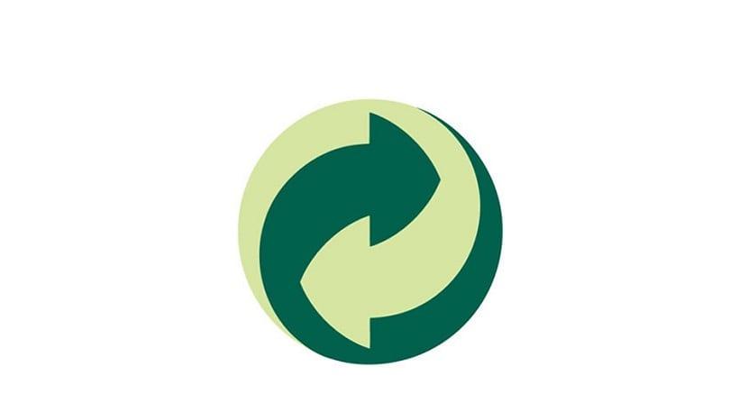 En los productos que compramos hay bastante símbolos de reciclaje. Hay muchos logotipos y entenderlos todos es más complicado. En el yogur hay uno, en brick hay otro, las botellas de agua otro...Cada uno significa algo y es indicativo para el reciclaje. Entre estos símbolos nos encontramos con el punto verde. ¿Qué significa este punto y qué utilidad tiene de cara al reciclaje de productos? En este artículo vamos a contarte todas las características del punto verde y la importancia que tiene de cara al reciclaje. Qué es el punto verde Lo primero es saber qué es el punto verde y reconocerlo a simple vista. La imagen supongo que, para ti ni para nadie, es desconocida. Este símbolo lleva ya bastante tiempo entre los productos desde que el reciclaje se ha ido creciendo en importancia. Es un círculo compuesto por dos flechas entrecruzadas en torno a un eje vertical. En un color verde más claro está la flecha de la parte de la izquierda y en otro más oscuro la fecha de dirección derecha. Normalmente, en el formado estándar en la que se encuentran la mayoría de los productos tiene el símbolo de marca registrada. Los colores oficiales son Pantone 336 C y Pantone 343 C, y es recomendable emplearlos cuando el envase o etiqueta del producto está impreso en cuatro colores. Este símbolo se emplea y se puede ver también cuando hay un producto sobre un fondo blanco o de color. Seguramente hayas visto muchas veces este símbolo. Pero, ¿qué significa? Vamos a explicártelo más detenidamente. Qué significa La función de este símbolo es la más sencilla pero es indicativa. Significa que, el producto que lleva el punto verde será reciclado una vez se convierta en residuo y deje el ciclo de vida de los productos. La empresa responsable de dicho producto tiene un sistema integrado de gestión de residuos (SIG) al que paga para que puedan hacer el reciclaje del producto. Es decir, cuando veas una botella de plástico con el punto verde, significa que ese producto será reciclado posteriormente d