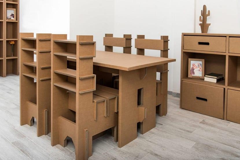 Como sabemos, el cartón se ha convertido o se está convirtiendo en todo un material perfecto para la fabricación de muebles. Aunque al principio esto pueda parecer contradictorio, existen los muebles de cartón y están cobrando cada vez más relevancia. Lo más normal es pensar que estos muebles no pueden soportar grandes cantidades de peso por estar elaborados con un material algo menos resistente. Sin embargo, el cartón tratado especialmente para la fabricación de muebles es un material resistente, económico y sostenible. En este artículo vamos a explicarte todas las características de los muebles de cartón, así como sus principales ventajas y desventajas. Muebles de cartón y medioambiente Entre las preocupaciones principales que se tiene en la actualidad en torno al medioambiente es su conservación y el buen uso de los recursos naturales (enlace). Para la construcción, la industria, etc. Es importante conseguir materiales que, durante su extracción y uso contaminen lo menos posible. El gasto energético que se debe emplear en su construcción y uso debe ser controlado, ya que entonces sería el mismo problema. El reciclaje es una de las opciones principales que se puede tener para reutilizar materiales que no tiene otra oportunidad como producto. Muchas de las ideas están dedicadas al upcycling (enlace). Sin embargo, los muebles han estado asociados a la madera durante toda la vida y es complicado cambiar la mentalidad de que objetos o materiales reciclados pueden servir bien para estos usos. Tal y como lo estamos intentando en este siglo, la innovación juega un papel fundamental en el desarrollo de ideas y fabricación de nuevos productos. Por ejemplo, los muebles de cartón son toda una revolución que hará callar más de una duda acerca de los mismos y de su utilidad. Es posible diseñar y fabricar muebles de todo tipo con cartón reciclado, ya que, aunque se piense lo contrario, es un material bastante resistente. Características principales El cartón es un material que 