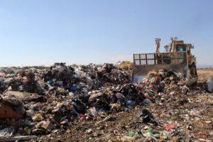 Cuando perdemos nuestros residuos en los diferentes contenedores de recogida selectiva se intenta gestionar para poder aprovechar todo el material posible. El volumen General de los residuos sólidos urbanos (RSU) que generamos es cada vez más elevado. Aproximadamente se generan unos 25 millones de toneladas al año. Muchos de estos residuos pueden ser valorados y recuperados. Sin embargo, otros no pueden separarse fácilmente y supo recuperación es bastante compleja. Para evitar que la mayoría de los residuos vayan al vertedero se intenta buscar una forma de gestionarlos. A esto es a lo que llamamos valorización de residuos. En este artículo vamos a contarte qué es la valorización de residuos, qué importancia tiene y cómo se lleva a cabo. Qué es la valorización de residuos De la gran cantidad de residuos sólidos urbanos que generamos al cabo del año, alrededor del 40% son perfectamente recuperables. Hablamos de aquellos residuos que se separan en contenedores de recogida selectivas o contenedores de reciclaje (enlace). Una vez se ha conseguido separar estos residuos en su origen se llevaron a distintas plantas de tratamiento de residuos. Es allí donde se pueden tratar de diferentes formas y darle una nueva vida e incorporación al residuo como nuevo producto. Por ejemplo, se pueden obtener nuevas materias primas a través de residuos de vidrio, plásticos, papel y cartón. En cambio, el otro 60% restante de todos los residuos que generamos al cabo del año no son tan fáciles de separar y su recuperación es más compleja. Al no ser aptos para su reciclaje se tendrían que llevar a los vertederos controlados. En los vertederos no vuelven a tener otra vida útil, sino que son enterrados. Lo único que se puede aprovechar de estos residuos es la extracción del biogás (enlace) que se generan durante su descomposición a través de bacterias anaerobias. Para evitar que la mayoría de estos residuos que no tienen un destino demasiado fijo acaben en un vertedero se intenta buscar la form