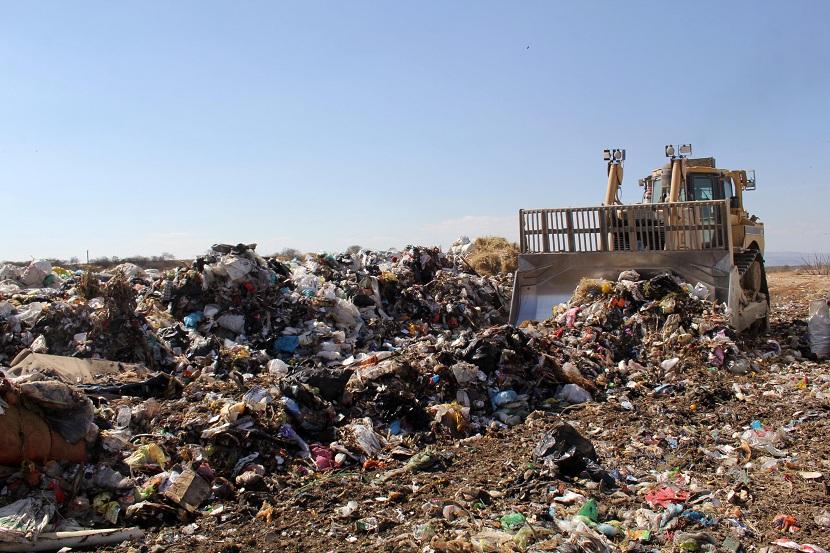 Cuando perdemos nuestros residuos en los diferentes contenedores de recogida selectiva se intenta gestionar para poder aprovechar todo el material posible. El volumen General de los residuos sólidos urbanos (RSU) que generamos es cada vez más elevado. Aproximadamente se generan unos 25 millones de toneladas al año. Muchos de estos residuos pueden ser valorados y recuperados. Sin embargo, otros no pueden separarse fácilmente y supo recuperación es bastante compleja. Para evitar que la mayoría de los residuos vayan al vertedero se intenta buscar una forma de gestionarlos. A esto es a lo que llamamos valorización de residuos. En este artículo vamos a contarte qué es la valorización de residuos, qué importancia tiene y cómo se lleva a cabo. Qué es la valorización de residuos De la gran cantidad de residuos sólidos urbanos que generamos al cabo del año, alrededor del 40% son perfectamente recuperables. Hablamos de aquellos residuos que se separan en contenedores de recogida selectivas o contenedores de reciclaje (enlace). Una vez se ha conseguido separar estos residuos en su origen se llevaron a distintas plantas de tratamiento de residuos. Es allí donde se pueden tratar de diferentes formas y darle una nueva vida e incorporación al residuo como nuevo producto. Por ejemplo, se pueden obtener nuevas materias primas a través de residuos de vidrio, plásticos, papel y cartón. En cambio, el otro 60% restante de todos los residuos que generamos al cabo del año no son tan fáciles de separar y su recuperación es más compleja. Al no ser aptos para su reciclaje se tendrían que llevar a los vertederos controlados. En los vertederos no vuelven a tener otra vida útil, sino que son enterrados. Lo único que se puede aprovechar de estos residuos es la extracción del biogás (enlace) que se generan durante su descomposición a través de bacterias anaerobias.  Para evitar que la mayoría de estos residuos que no tienen un destino demasiado fijo acaben en un vertedero se intenta buscar la for