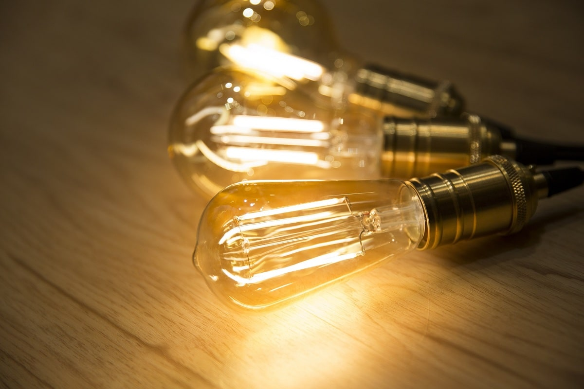 quien invento la luz y bombilla